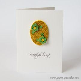 Kartka wielkanocna – pisanka żółta, zielone kwiaty