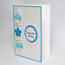 Kartka urodzinowa – srebrna, kwiaty niebieskie