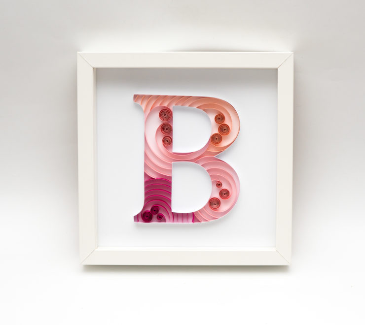 Litera B w ramce – Oryginalna dekoracja mieszkania