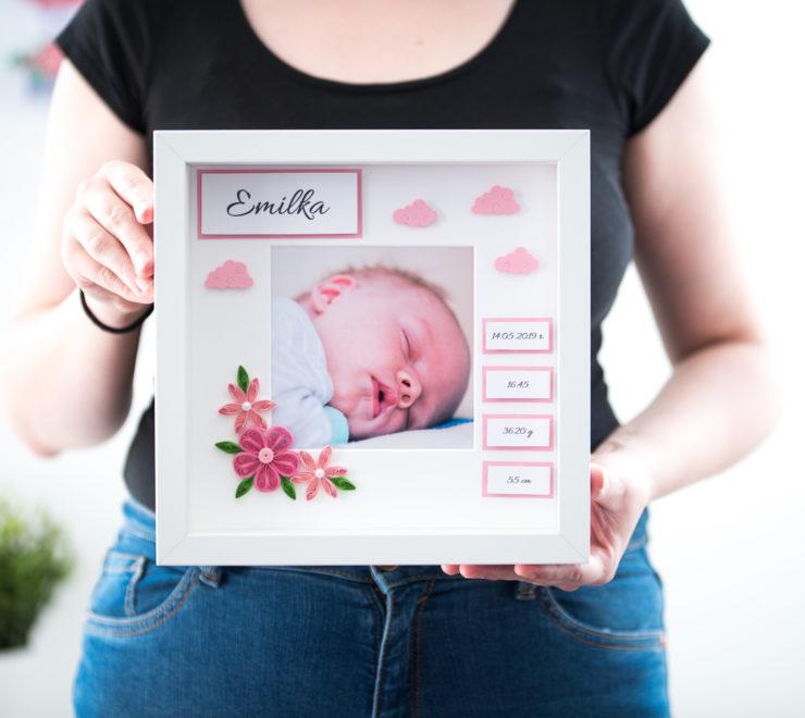 Metryczka ze zdjęciem dla dziewczynki – Prezent z okazji narodzin dziecka