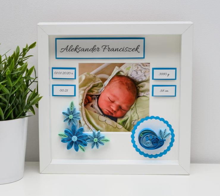 Ręcznie robiona metryczka ze zdjęciem – prezent z okazji narodzin dziecka