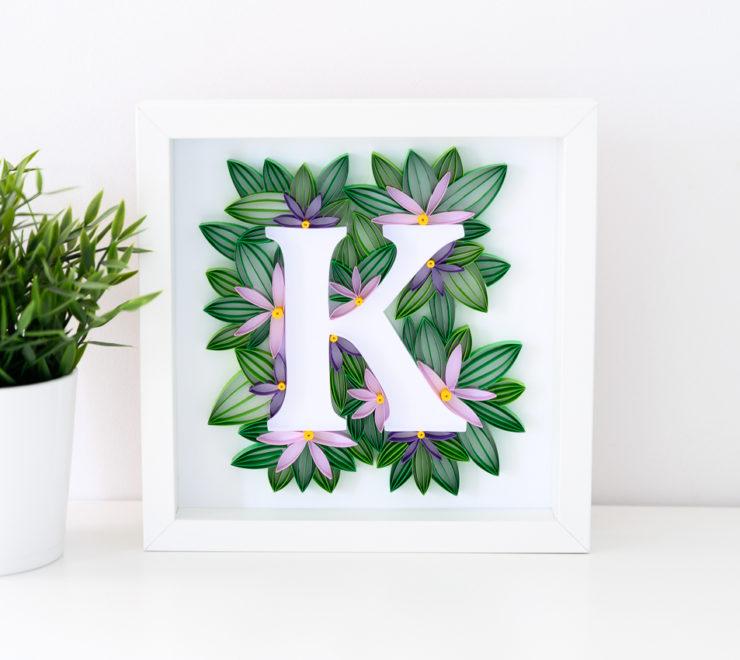 Litera K w ramce – dekoracja z inicjałem do pokoju dziecka