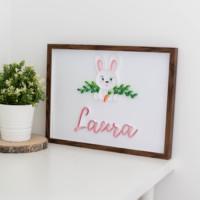 Imię dziecka w ramce do pokoju dziewczynki – zajączek